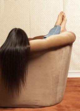 Для того чтобы ноги были здоровыми и стройными, возьмите за правило в течение 15 минут лежать на спине, подняв их вверх.