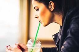 Пить из пластиковых соломинок опасно для здоровья