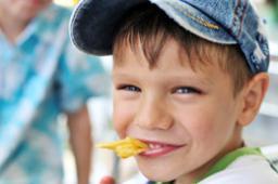 Ученые из Университета Аделаиды утверждают, что дети, которые уже в возрасте до 2-х лет хорошо знали вкус сладостей, фастфудов и газировки, имели самый низкий IQ.
